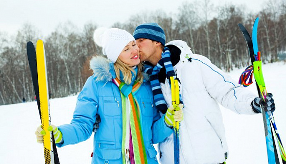 девушка с парнем в парке на лыжах фото